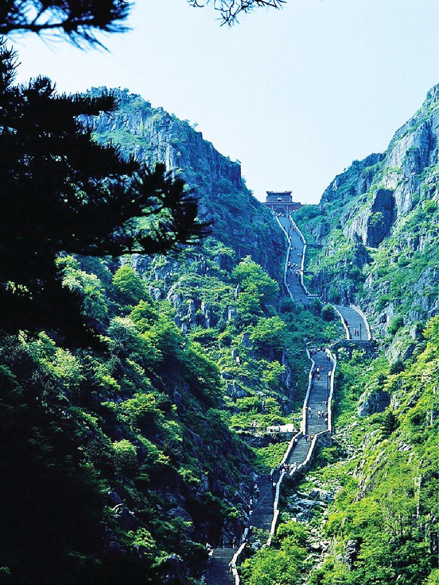 泰山是中國五嶽之首,古名岱山,又稱岱宗,位於山東省中部。舜接受禪讓後,到東方巡視,到了泰山,齋戒沐浴後舉行泰山封禪。(公有領域)