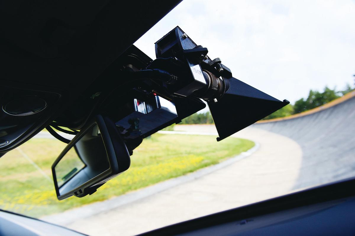 無人駕駛汽車如果在路上正式運行,必須依照人類擬定的「利他主義」原則,才不會釀成大禍。圖為今年6月德國一輛安裝自動駕駛系統的汽車在活動上向媒體展示高速公路上無人駕駛技術。(Getty Images)