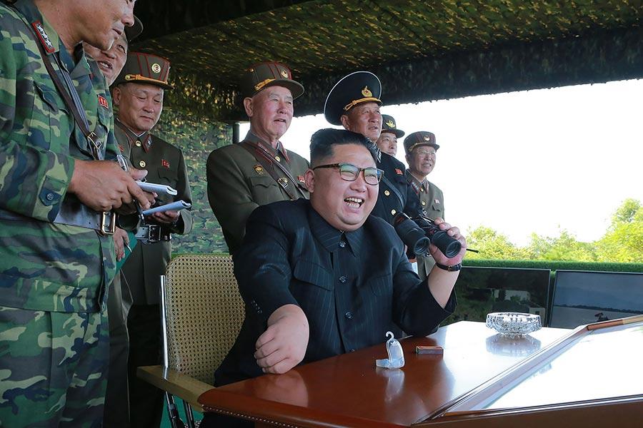圖為8月26日,北韓領導人金正恩觀看了三枚短程導彈的試射過程。(STR/AFP/Getty Images)