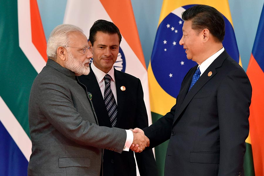 4月27日、28日,印度總理莫迪與中國國家主席習近平在武漢進行為期兩天的兩國首腦「非正式會談」。圖為去年9月的「金磚」國家元首峰會上,習近平(右)與莫迪(右)握手。(KENZABURO FUKUHARA/AFP/Getty Images)