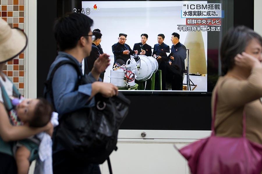 9月3日,北韓進行第六次核試,在日本、中國、南韓等地均測到爆炸震感。南韓國防部長宋永武說,今年年底之前將會建立一支特種兵組成的「斬首戰隊」。圖為日本街上播出的北韓核試新聞。(Tomohiro Ohsumi/Getty Images)