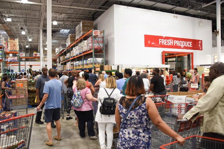 邁阿密居民儲備物資,為即將到來的伊瑪颶風做準備。(AFP PHOTO / Michele Eve Sandberg)