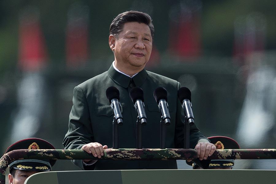 軍方報道透露,習近平對高級將領的任用原則親自把關等。圖為習近平今年6月30日在石崗軍營閱兵。(DALE DE LA REY/AFP/Getty Images)