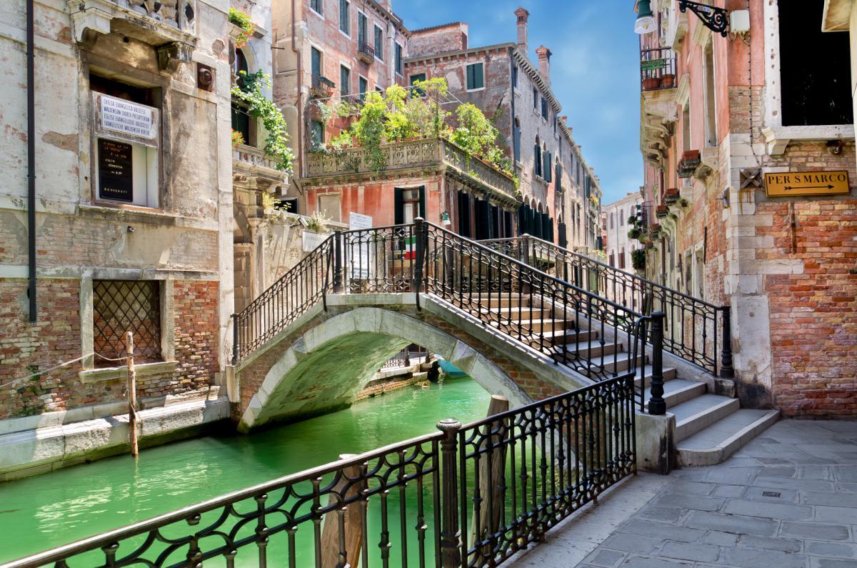 威尼斯是一座沒有馬路、沒有汽車、也沒有交通燈的城市,而市區裏彎彎曲曲的水道、來來往往的船隻、以及四百多座風格迥異的橋樑,更成就了威尼斯在世界上獨一無二的美麗與浪漫。(Fotolia)