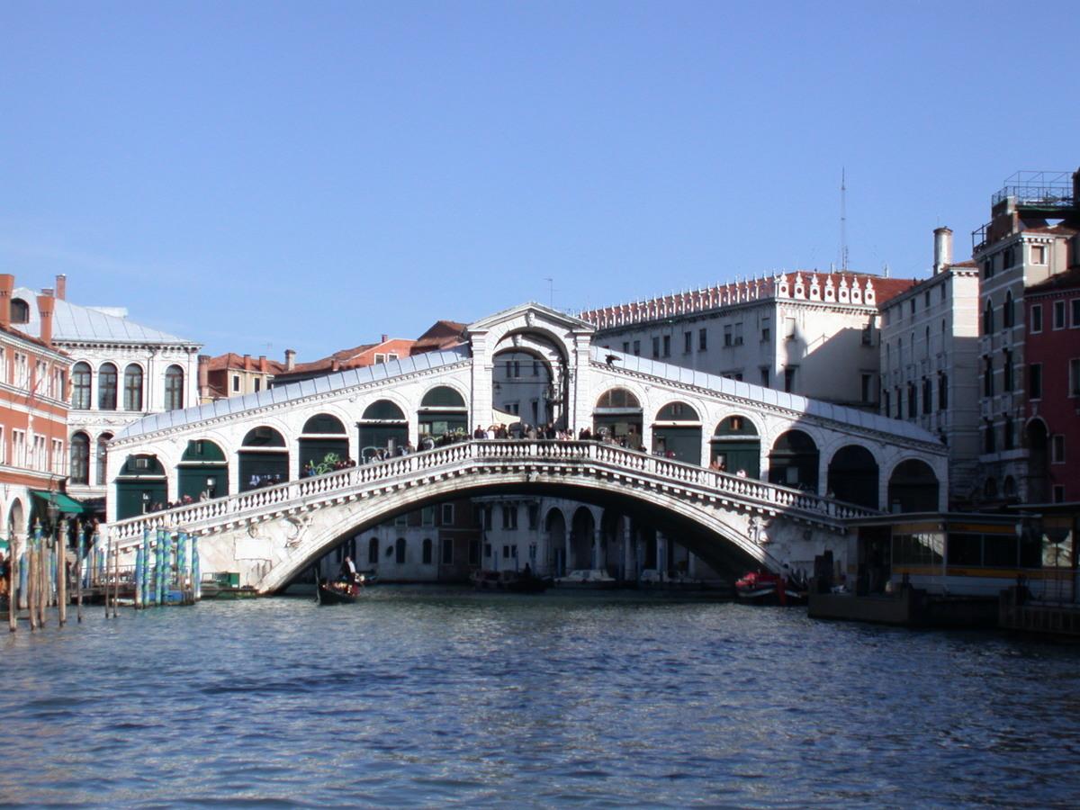 里亞托橋(Ponte di Rialto)。(維基百科)