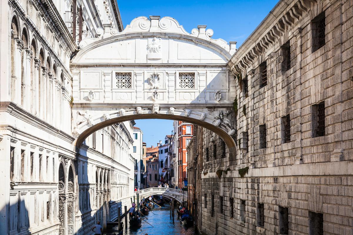 久負盛名的嘆息橋(Ponte dei Sospiri)。(shutterstock)