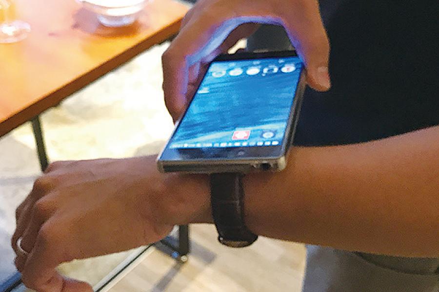 用電話在手錶上輕輕「拍一拍」就可顯示出設定的App。(王文君/大紀元)