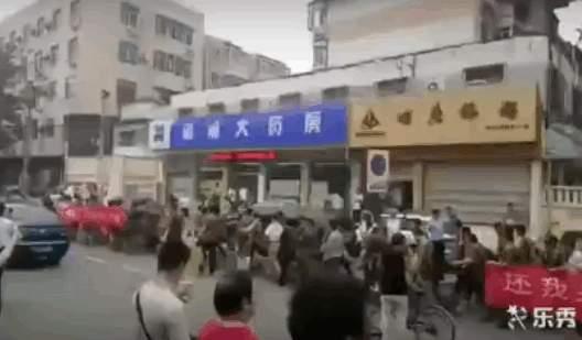 老兵們打著橫幅,喊著口號,列隊直奔督察組下榻的酒店,遭到中共國保警察的強制驅趕。(視像擷圖)
