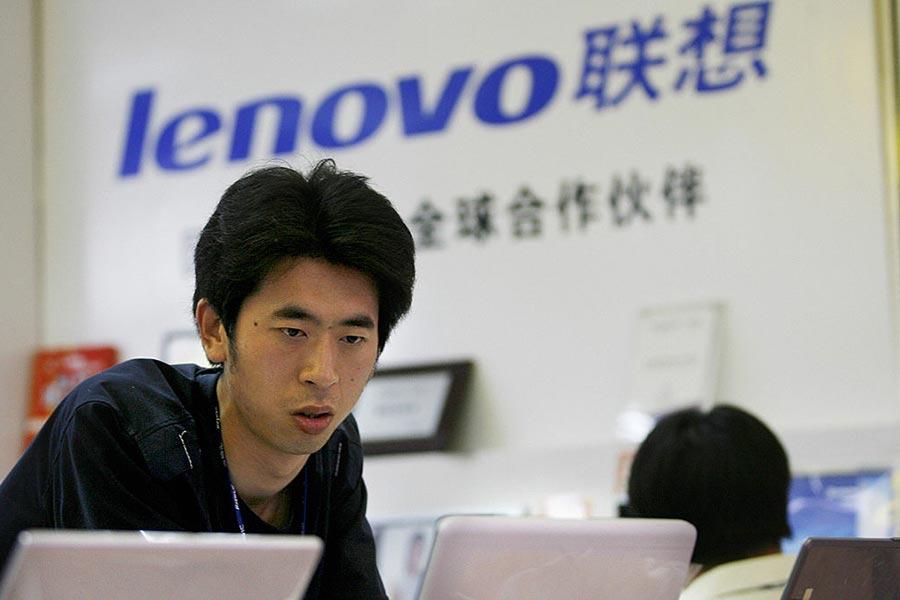 北京一名顧客在售賣聯想電腦的櫃台前嘗試測試電腦的功能。(PETER PARKS/AFP/Getty Images)