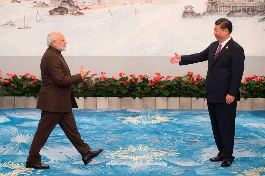 廈門金磚峰會期間,習近平歡迎莫迪。(FRED DUFOUR/AFP/Getty Images)
