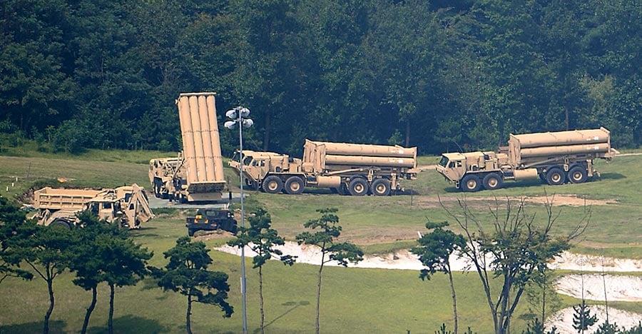 抵達慶北星州薩德基地的4輛薩德發射車正在部署中。(newsis)