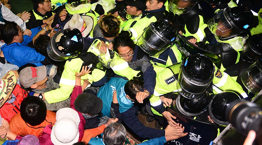 7日上午,慶北星州反對部署薩德的居民和警察發生衝突。(newsis)