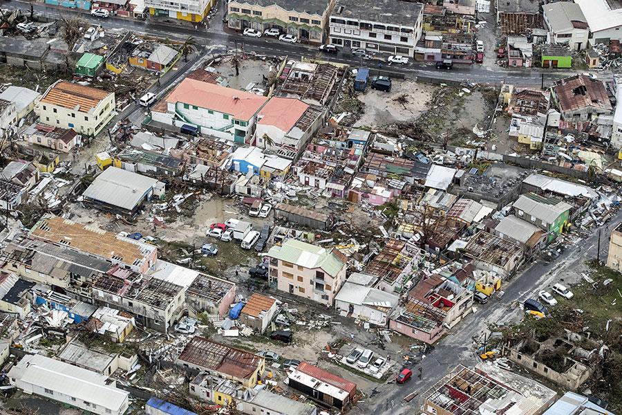 圖為9月6日,荷屬聖馬丁(Sint Maarten)首府菲利普斯堡在颶風艾爾瑪吹襲後的災情。(GERBEN VAN ES/AFP/Getty Images)