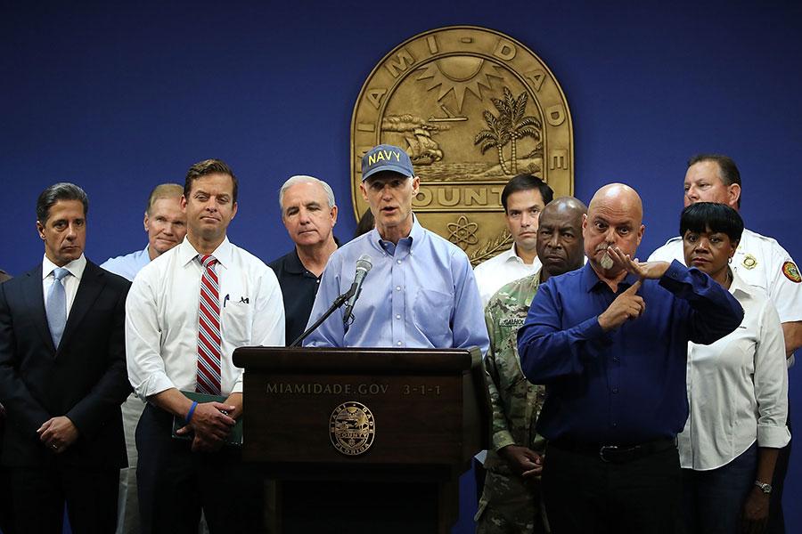 州長斯科特(中)周三警告說,艾瑪颶風比最近一次的第五類風暴更強大。(Mark Wilson/Getty Images)