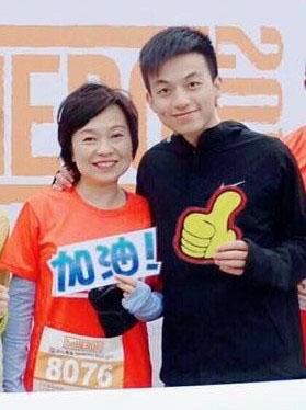 潘匡仁去年曾與母親蔡若蓮一同參加一項慈善長跑。(蔡若蓮facebook)