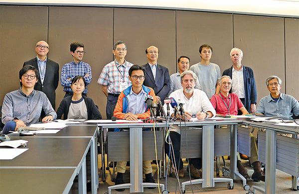 27名來自不同界別人士組成「民間土地資源專家組」,昨日首次開會探討香港土地供應來源問題。(蔡雯文/大紀元)