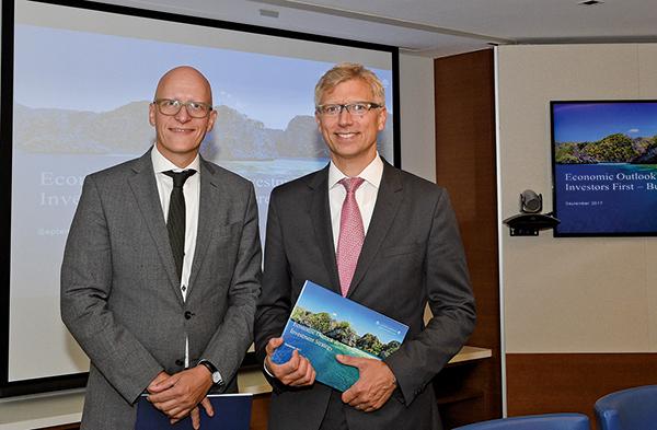 左起私人銀行瑞士嘉盛(Bank J. Safra Sarasin)首席經濟學家Karsten Junius 和首席策略師及可持續發展主管Jan Amrit Poser。(郭威利/大紀元)