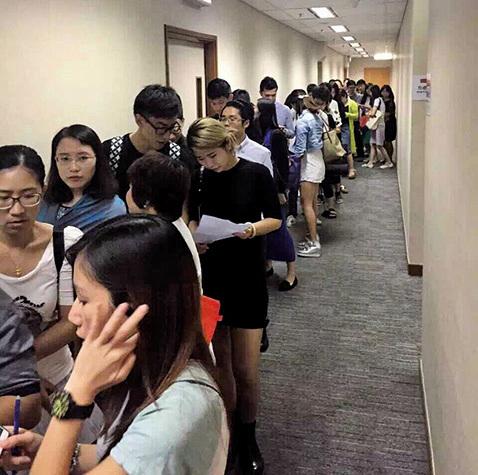 圖為大陸人湧向香港排隊購買保險的盛況。(網絡圖片)