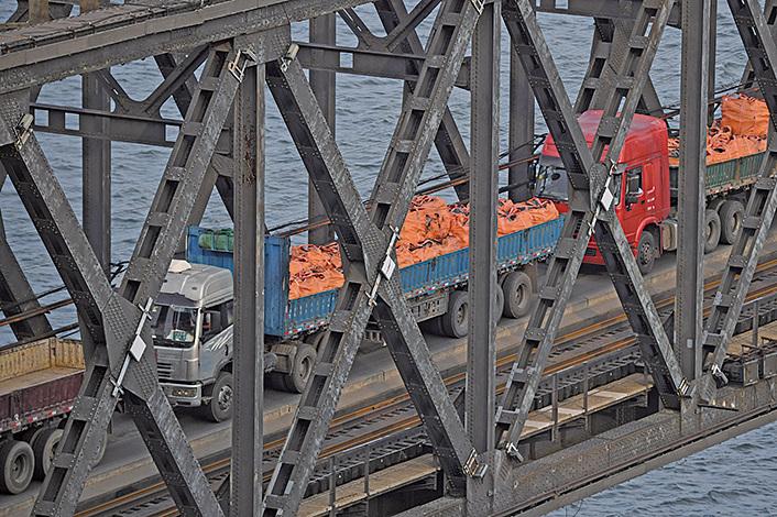 2017年9月4日,丹東的大卡車通過中朝邊境大橋從北韓開回中國。(Getty Images)