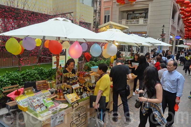為迎接「香港國際七人欖球賽」,利東街今年首次舉辦一連四日的欖球嘉年華。整條街中西餐飲攤位提供免費試飲試食。(宋祥龍/大紀元)