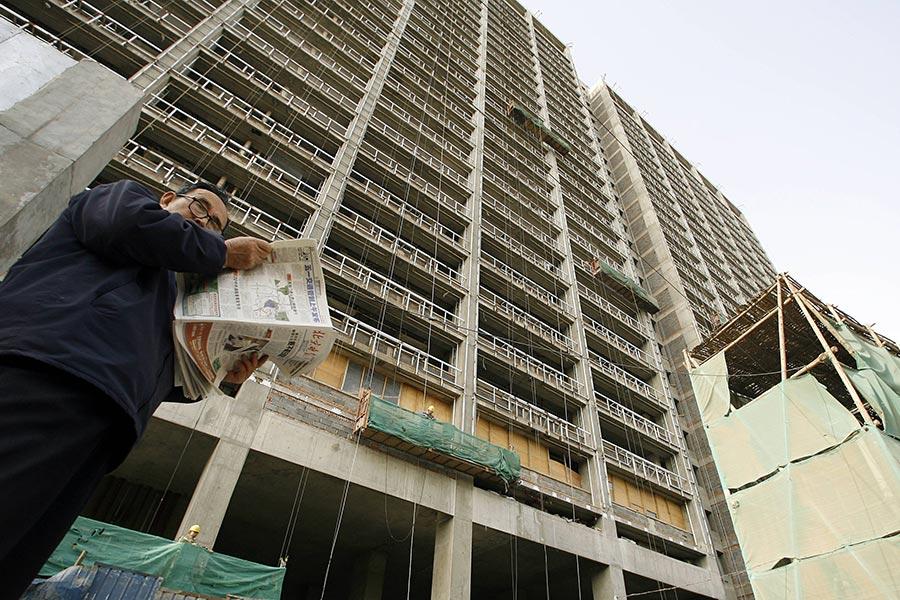 中國央行研究局局長徐忠近日在《中國金融》雜誌上撰文指,房地產一直被作為中國大陸經濟增長的「支柱產業」,甚至被作為工具在宏觀調控中應用。(PETER PARKS/AFP/Getty Images)