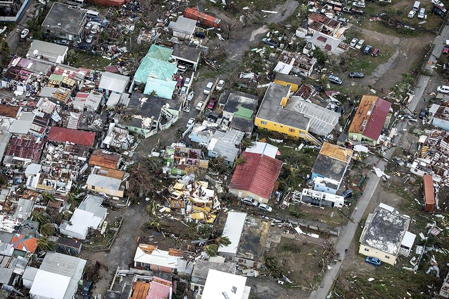 颶風艾爾瑪肆虐加勒比海群島,逼近美國佛州南部,這場大西洋最強風暴已經在加勒比海地區摧毀了大量建築,導致至少13人死亡。(GERBEN VAN ES/AFP/Getty Images)