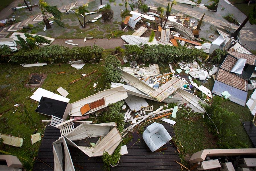 颶風艾爾瑪肆虐加勒比海群島,逼近美國佛州南部,這場大西洋最強風暴已經在加勒比海地區摧毀了大量建築,導致至少13人死亡。(LIONEL CHAMOISEAU/AFP/Getty Images)