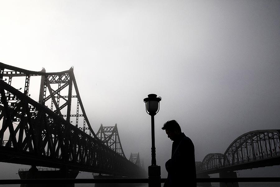 有中國學者表示中、朝已經不再是戰友,而且短期內兩國關係不會改善。中國、北韓的邊境貿易可能會首先受到衝擊。圖為遼寧丹東中朝友誼大橋。(Kevin Frayer/Getty Images)