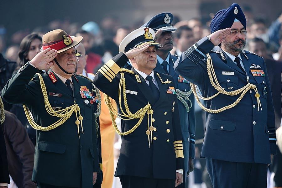 印度陸軍參謀長拉瓦特(Bipin Rawat)(左)9月6日說,印度應該為兩邊(中共、巴基斯坦)戰爭做好準備。(PRAKASH SINGH/AFP/Getty Images)