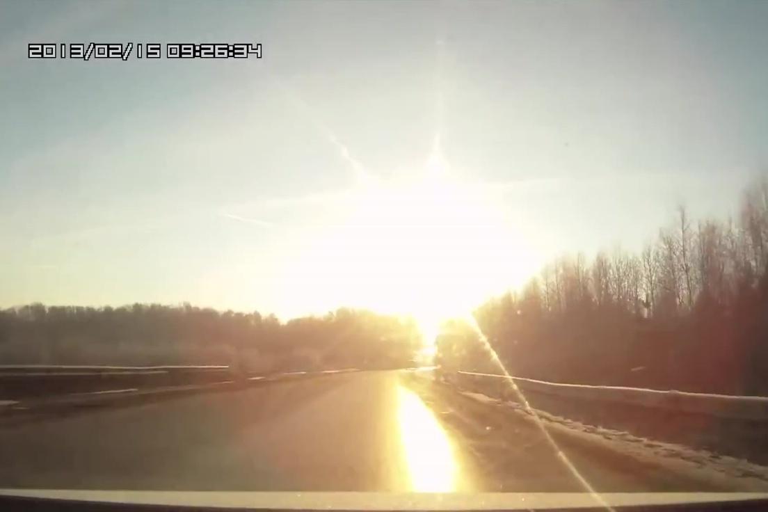 2013年2月15日,車里雅賓斯克(Chelyabinsk)上空突然出現一顆行星。小行星在空中發生爆炸,其衝擊波造成1200人受傷。(YouTube視像擷圖)