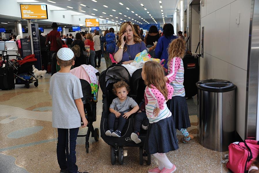 9月7日在美國佛羅里達州勞德代爾堡國際機場,部分居民和旅行者準備搭機離開佛州,躲避艾爾瑪颶風的來襲。(MICHELE EVE SANDBERG/AFP/Getty Images)