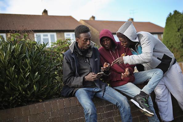2015年有不少非法移民從法國偷渡進英國,進入英國後就申請避難,然後英國給安排食宿。圖為幾名來自蘇丹的尋求避難者。(Dan Kitwood/Getty Images)