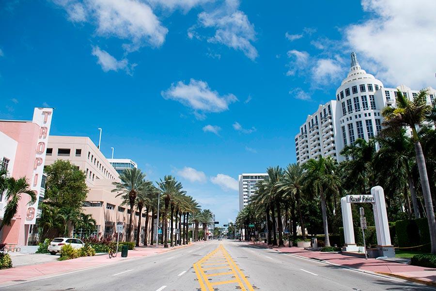 邁阿密海灘原本熱鬧的大街現在空蕩蕩。(SAUL LOEB/AFP/Getty Images)