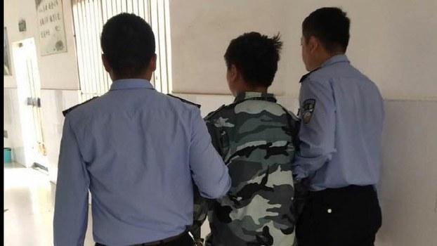 安徽界首一微信群主,因在群内發佈所謂「辱警」言論,被當地警方處以行政拘留5日。(微博圖片)