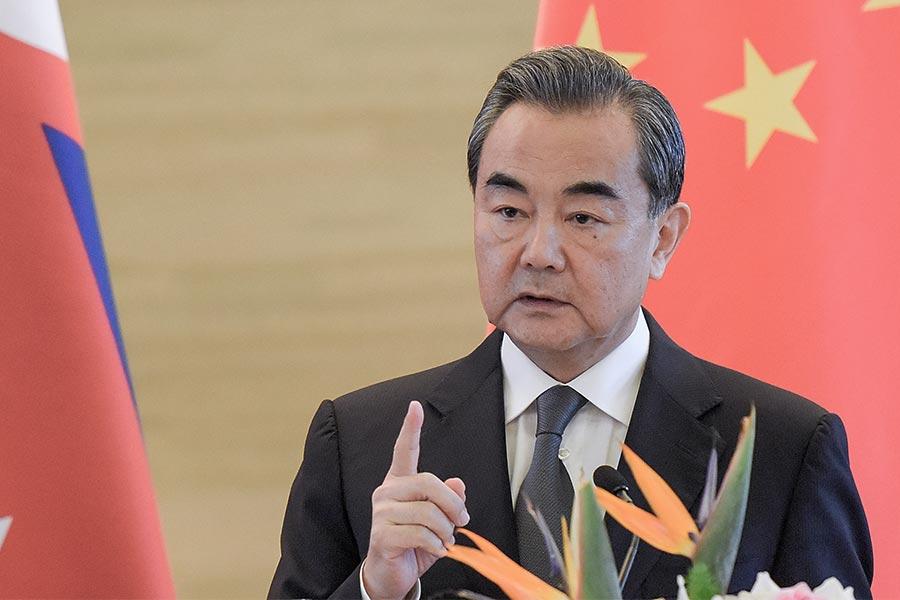 北韓核試後,美國提出包括全面停止石油供應的新制裁,將於下周一在安理會討論。圖為9月7日,王毅在北京會見到訪的尼泊爾副總理兼外長馬哈拉時發言。(Etienne Oliveau/Pool/Getty Images)