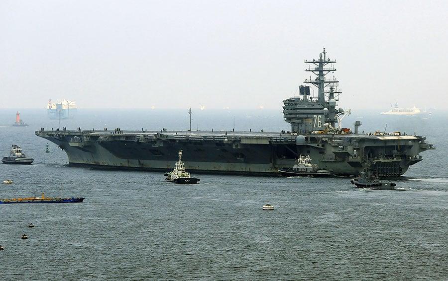 圖為9月8日,美國海軍列根號航母(USS Ronald Reagan)駛離日本橫須賀基地。(STR/AFP/Getty Images)