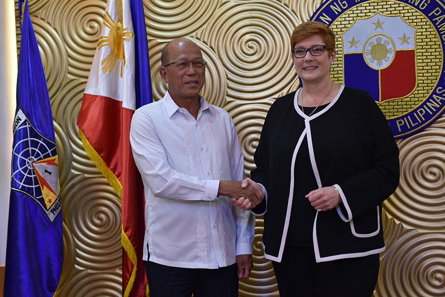 澳洲國防部長佩恩(右)與菲律賓國防部長洛倫扎納於2017年9月8日在馬尼拉召開記者會,佩恩說將派一支小型部隊進入菲律賓,協助訓練菲軍打擊伊斯蘭武裝份子。(TED ALJIBE/AFP/Getty Images)