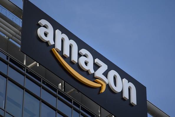 美國電子商務巨頭亞馬遜日前正在對第三方賣家在其網站上所出售的產品進行削價。(Jaap Arriens/NurPhoto via Getty Images)