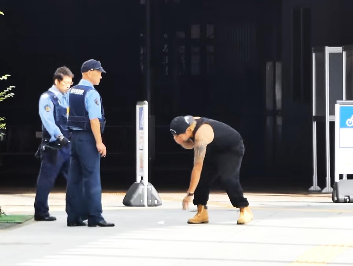 日本福井市一對夫婦,拍鬧劇影片上網,欺騙警察出動警車和大量警察,妨礙警察進行正常的業務,最終被拘捕。(視像擷圖)
