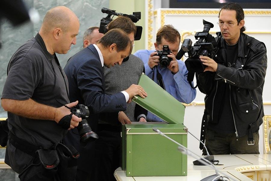 2010年9月23日,在俄羅斯總檢察長辦公室的一個儀式上,記者們拍攝卡廷大屠殺秘密檔案。(ALEXANDER NEMENOV/AFP/Getty Images)