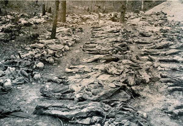 1943年4月13日,納粹宣佈,在卡廷森林發現被蘇聯殺害的上萬具波蘭軍人屍體。(視像擷圖)