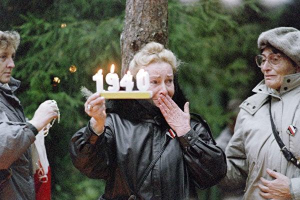 1940年4月至5月间,在史太林領導的蘇共批准下,蘇聯秘密警察在卡廷森林等地對包括戰俘在內的波蘭民眾進行了一場大屠殺,遇害人數在2萬以上。圖為1989年的紀念場面。(WOJTEK DRUSZCZ/AFP/Getty Images)