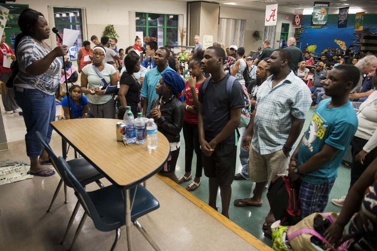 9月9日在佛羅里達州坦帕作為庇護所的一所小學裏,坦帕居民等待分發食物。颶風艾爾瑪以最大強度5級颶風在古巴登陸後,9月9日略微減弱到4級風暴。(AFP PHOTO/JIM WATSON)