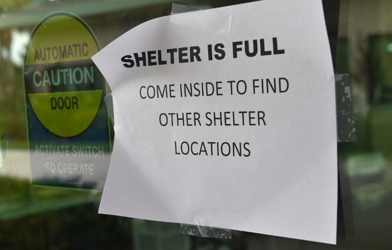 2017年9月9日佛羅里達州科利爾縣那不勒斯(Naples)颶風庇護所門口張貼「庇護中心已滿額」的通告。(AFP PHOTO/Nicholas Kamm)
