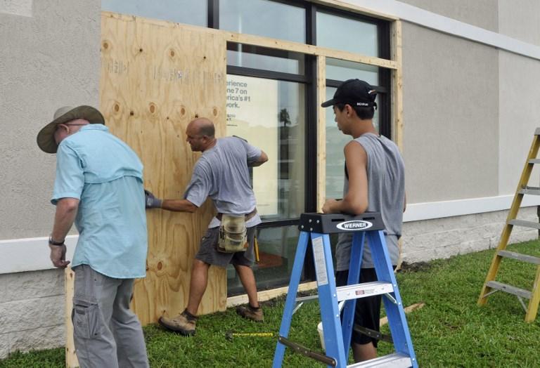 9月9日,佛羅里達州居民加固房屋。(AFP PHOTO/BRUCE WEAVER)