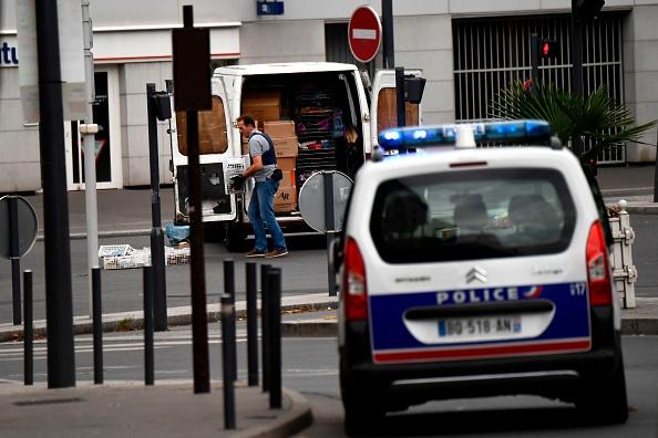 法國警方9月6日在巴黎南郊的維勒瑞夫市(Villejuif)的一間公寓裏發現了製造TATP炸藥的材料,並逮捕了包括房主在內的兩名嫌疑犯。轉天在兩人之一租用的一間位於蒂艾市(Thiais)的車庫裏又發現了炸藥原材料。圖為警方在維勒瑞夫市的公寓取證。(CHRISTOPHE SIMON/AFP/Getty Images)