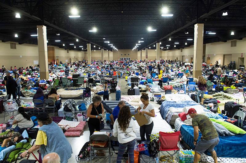 目前佛州有140萬人斷電,超過7.2萬人在避難中心暫避,祈求安全度過這場天災。(Getty Images)