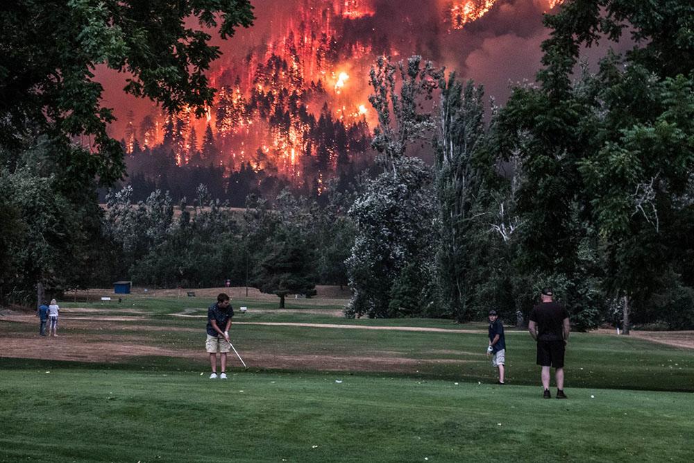 推特上廣傳一張人們在俄勒岡州山火煉獄當前仍打哥爾夫球的照片,甚具象徵意義。(David Simon推特)