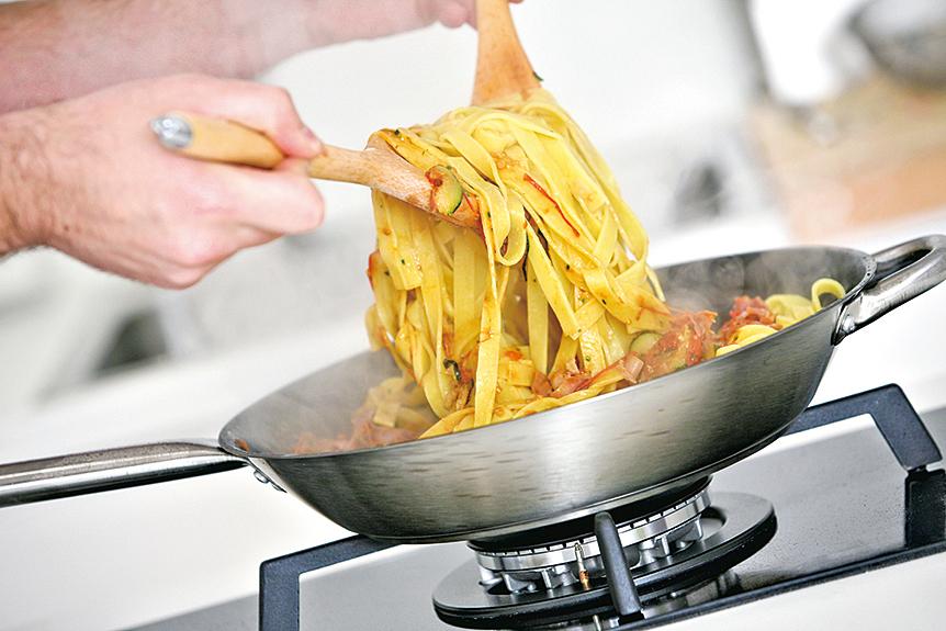 將意粉在鍋子裏跟醬汁攪拌,可以讓麵條充份吸收醬汁。