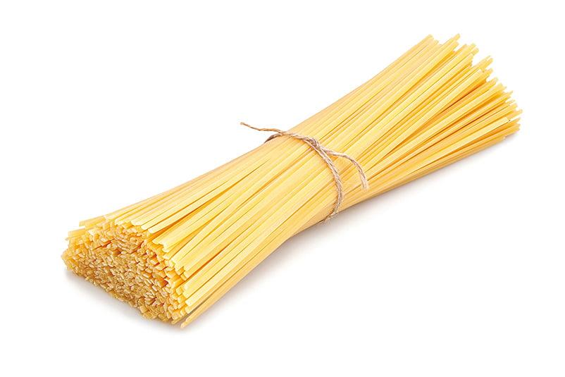 意粉的麵條在料理前,通常是綑綁成束。